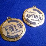 Wypełnienie medalu na specjalną okazję laminatem grawerskim - grawerowanie i cięcie